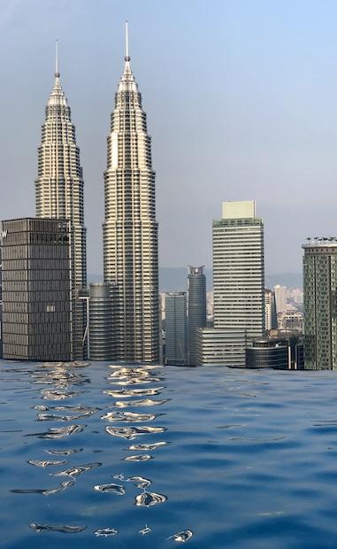 Piscina con vistas a las Petronas desde las piscina